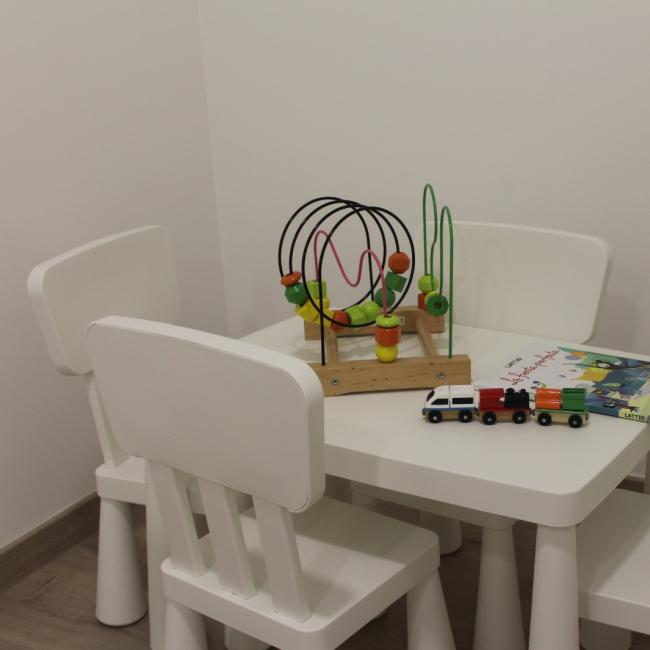 Interior de la clínica - sala de espera niños